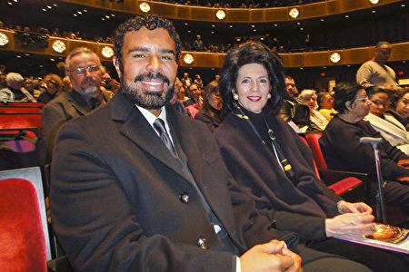 特朗普公司銷售總監Susan James(右)和建築設計師Inrico Demorc一起觀看神韻紐約藝術團3月7日在林肯中心大衛寇克劇院的晚場演出,盛讚其為高尚的體驗。(滕冬育/大紀元)