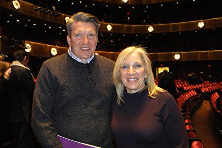 AT&T公司副總裁Joseph Ronan攜妻子一起觀看了神韻紐約藝術團3月8日在林肯中心的晚場演出,讚賞神韻是「奇觀」。(滕冬育/大紀元)
