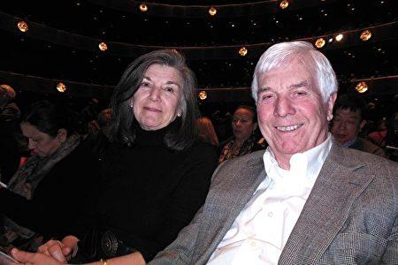 3月7日下午,頂級跨國地產公司高緯環球(Cushman & Wakefield)副主席Ed Weiss和太太觀看了神韻紐約藝術團的演出。(李辰/大紀元)