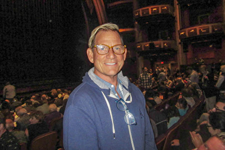 5月5日下午,9次日間艾美獎得主、燈光設計師Raymond Thompson觀看了神韻國際藝術團在洛杉磯荷里活的第四場演出。(李清怡/大紀元)