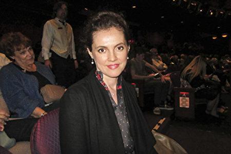 5月4日晚,荷里活知名女演員、劇作家兼製片人Elena Talan觀看了神韻國際藝術團在洛杉磯荷里活杜比劇院的第三場演出。(李清怡/大紀元)