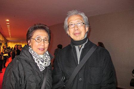 世界知名的華裔建築師William C. Louie先生和太太一起觀看了1月16日晚的神韻演出。(麥蕾/大紀元)