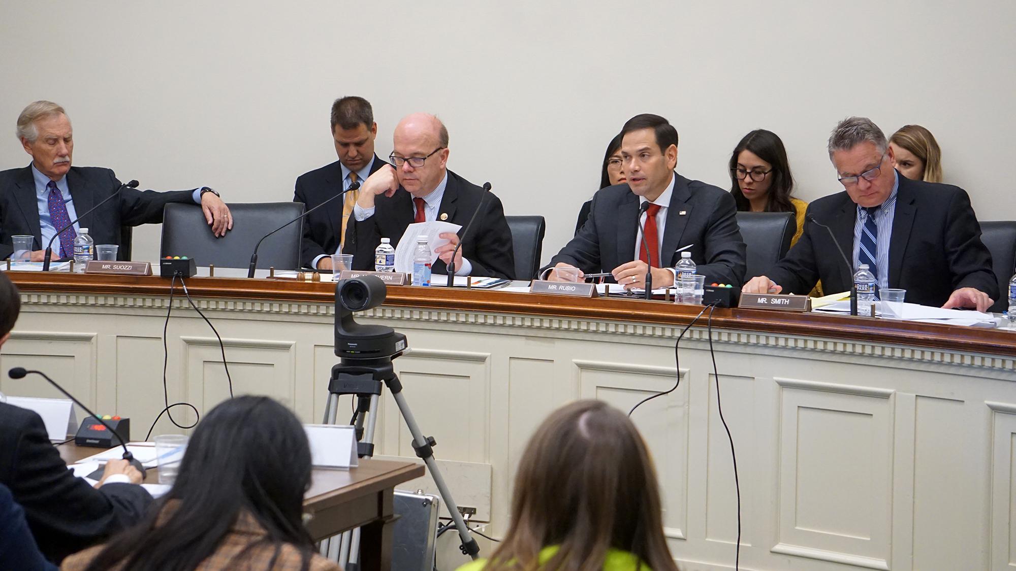 CECC主席、眾議員Jim McGovern(主席台右三),CECC共同主席魯比奧(Marco Rubio )(右二),美國會及行政當局中國委員議員 Chris Smith(右一)。(方明/大紀元)