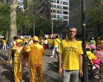 2019年5月16日,意大利法輪功學員安德烈∙艾瓦內伊(Andrei Aioanei)在紐約聯合國對面的哈瑪紹公園參加逾萬名法輪功學員集會活動。(唐雲燕/大紀元)