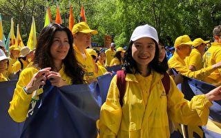 5月16日,Janet Feng(右)首次参加纽约的法轮功游行,心情非常激动。(绍燕/大纪元)