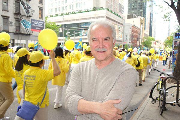 2019年5月16日,前ABC情景喜劇演員艾米利亞諾・迭斯(Emiliano Diez)觀看近萬名法輪功學員在紐約曼哈頓舉行的盛大遊行時,不勝感慨而讚歎。(於麗麗/大紀元)