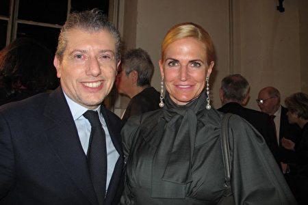 2月28日晚,世界知名設計師Samantha Filipinetti(右)和朋友Thomas Saurino一起觀賞了神韻在日內瓦的演出。(麥蕾/大紀元)