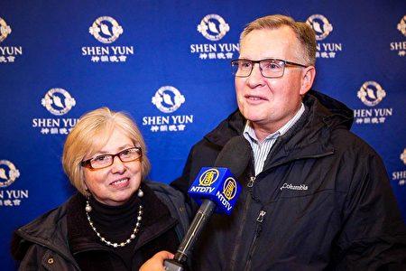 奧羅拉知名牧師Dan Haas和太太Gayle Haas觀看了1月10日晚神韻環球藝術團在美國伊利諾伊州奧羅拉市的演出。(新唐人電視台)
