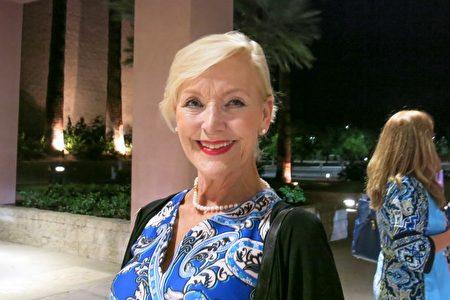 5月9日晚,部門主管Jane Parson觀看了神韻國際藝術團在棕櫚沙漠麥卡倫劇院(Palm Desert McCallum Theatre)的演出。(任一鳴/大紀元)