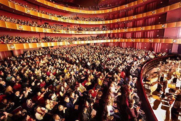 2019年1月,神韻紐約藝術團在紐約林肯中心大衛寇克劇院的演出,連續14場爆滿加座。(戴兵/大紀元)