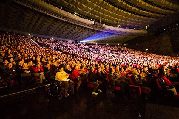 1月20日,美國神韻國際藝術團在巴黎的演出大爆滿,巴黎國際會議中心座無虛席。(傅潔/大紀元)