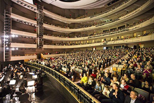3月31日下午,美國神韻國際藝術團在多倫多四季藝術表演中心的第8場演出再次爆滿,觀眾反響非常熱烈。(艾文/大紀元)