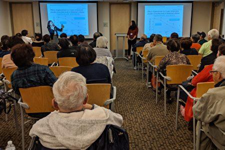 """西奈山医学院阿兹海默症研究中心李宝祯(Clara Li)博士讲授""""记忆力正常衰退与脑退化症的区别及如何评估""""。"""