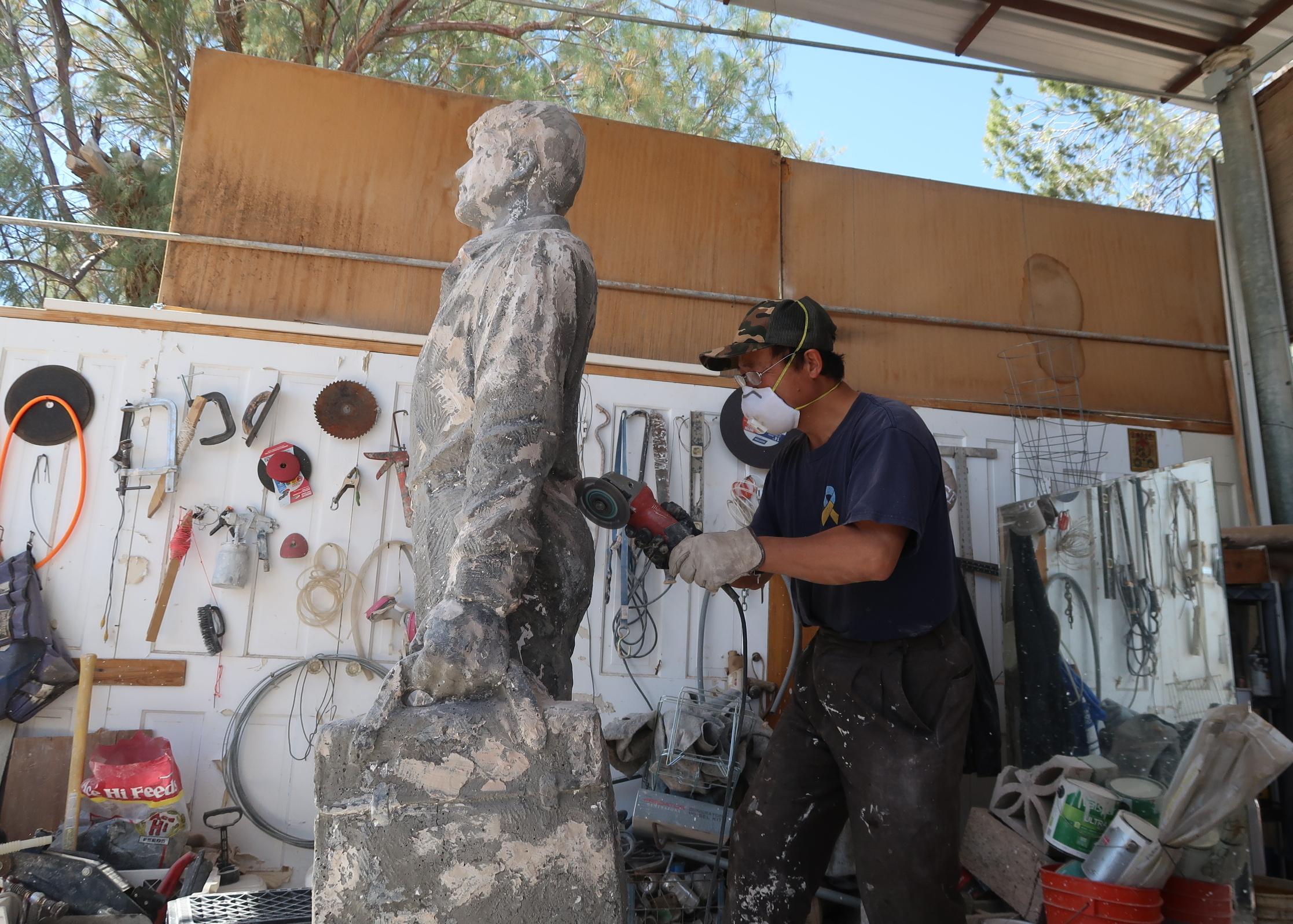 六四雕塑家陳維明調整「坦克人」雕塑細節神情。(徐繡惠/大紀元)