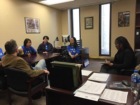 布朗士科技高中毕业生朱雅婷(左2)在州府众议员办公室为保留SHSAT发声。