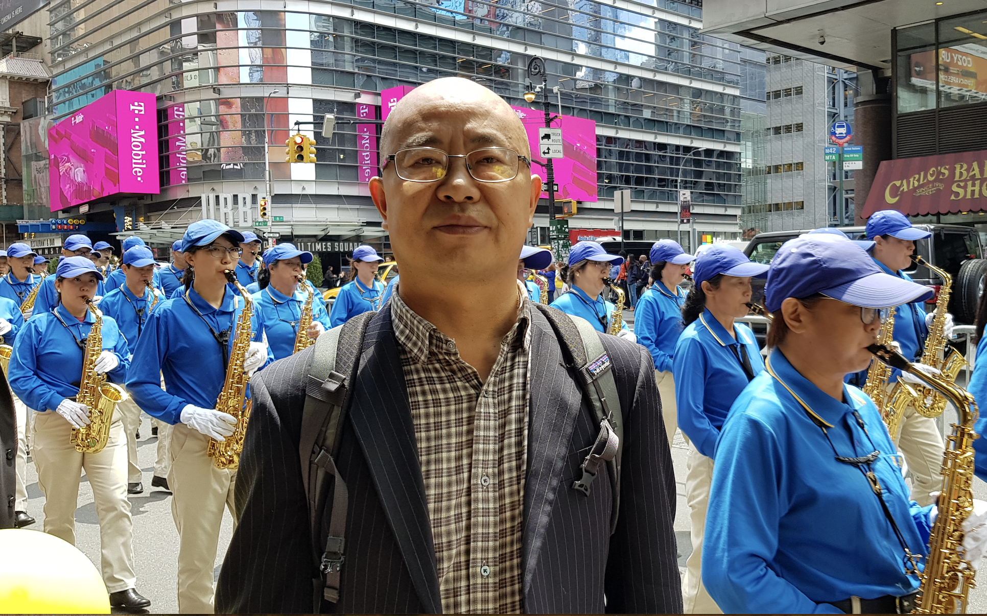 從大陸來美國一年的自由撰稿人、作家張林趕到遊行現場聲援支持法輪功團體。(駱亞/大紀元)