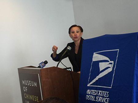 美国国会以i 元维乐贵兹到纪念邮票揭幕仪式上发言。