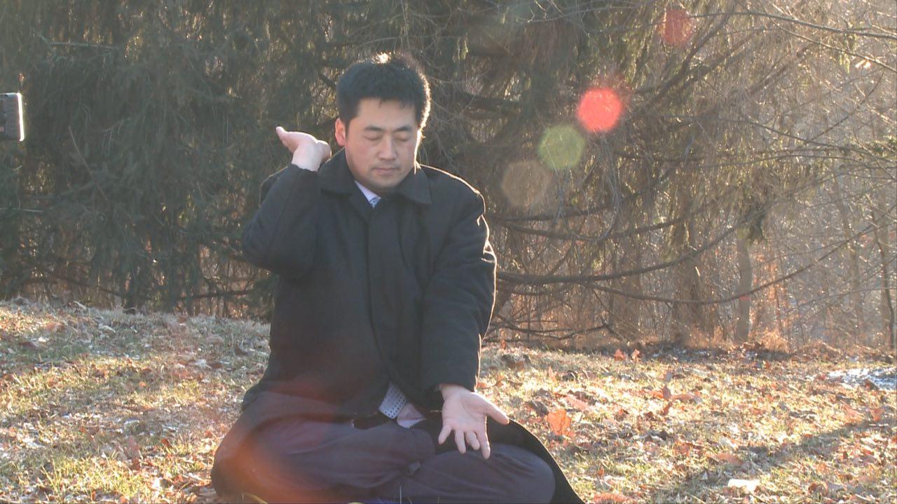 即使在寒冷的冬天,原來腰椎間盤突出致使左腳麻痺的問題也不見了。(彭永峰提供)