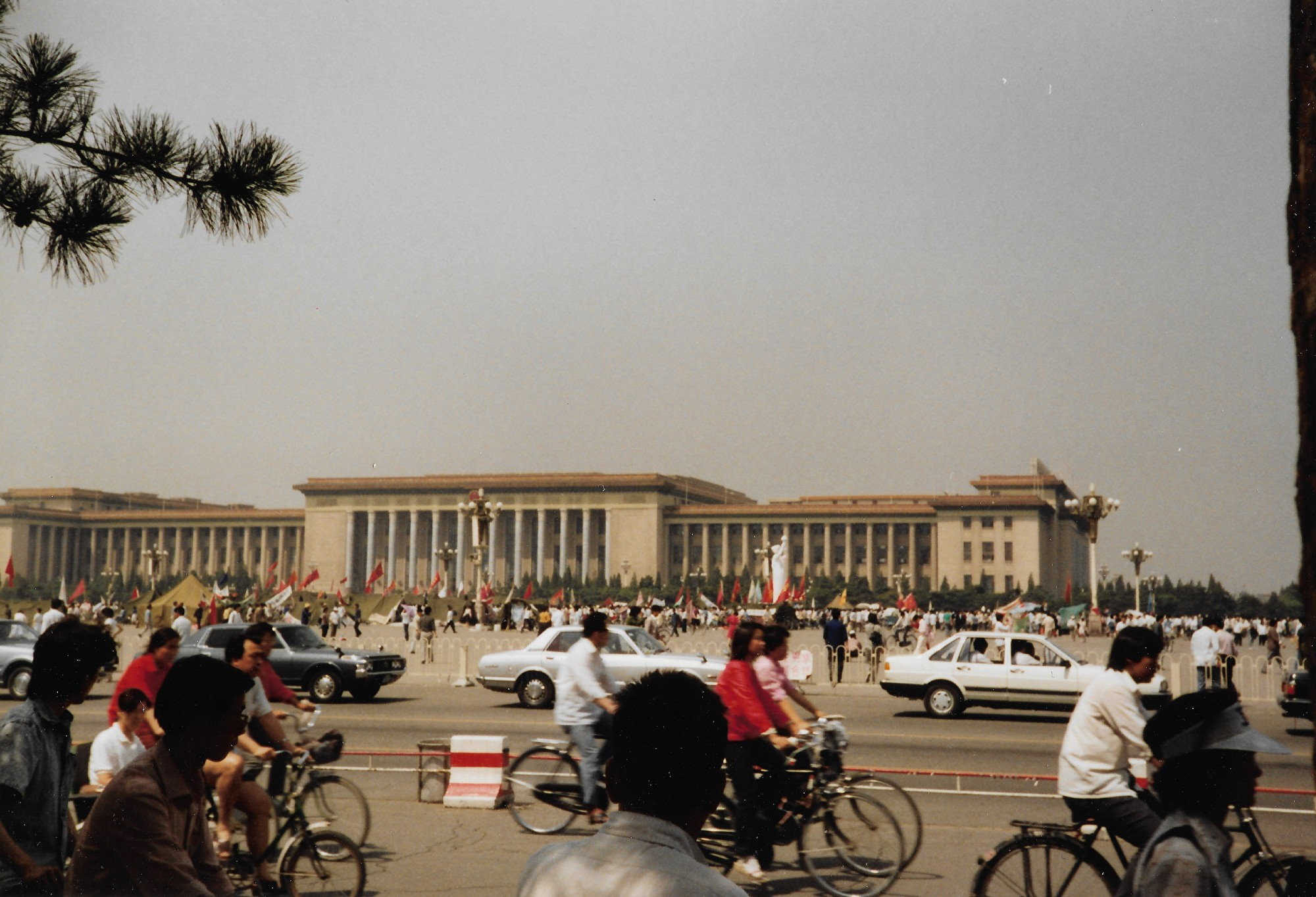 1989年6月3日,天安門廣場紀念碑下,仍有人在絕食。紀念碑上的標語寫著「召開人大 推進民主」等。(王珍提供)