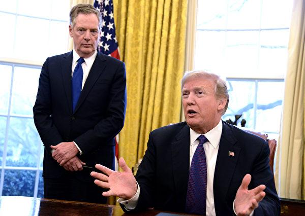 美國貿易代表辦公室(USTR)經六個多月的301調查,在2018年確認中共通過各種行政手段或直接盜竊等方式,損害美國知識產權,對美國企業及勞工造成重大損失。圖為美國總統特朗普(右)和美國貿易代表萊特海澤(左)在白宮橢圓形辦公室。 (Mike Theiler-Pool/Getty Images)