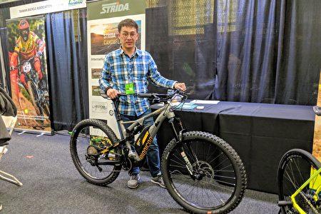 永祺車業開發部經理朱偉誌,介紹預計明年歐洲會上市的電動自行車產品,一部全功能性的電動輔助自行車,雙避震搭配250瓦的發電機、500瓦的電池。