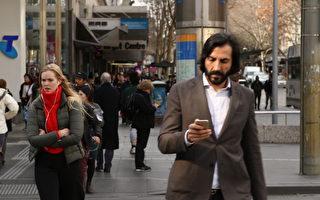 墨爾本市長發警告 切莫看手機過馬路