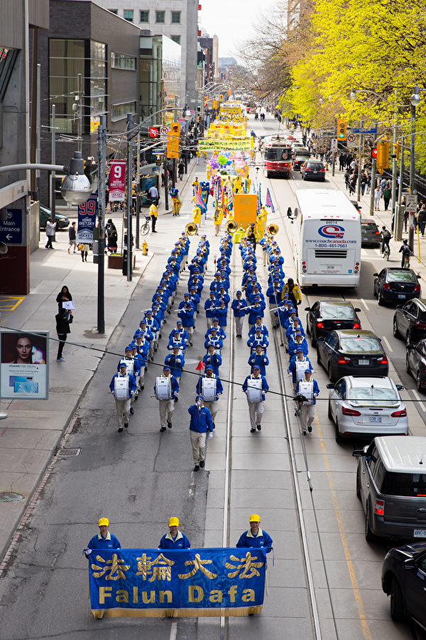 盛大的遊行隊伍行進在多倫多最繁華街區。(艾文/大紀元)