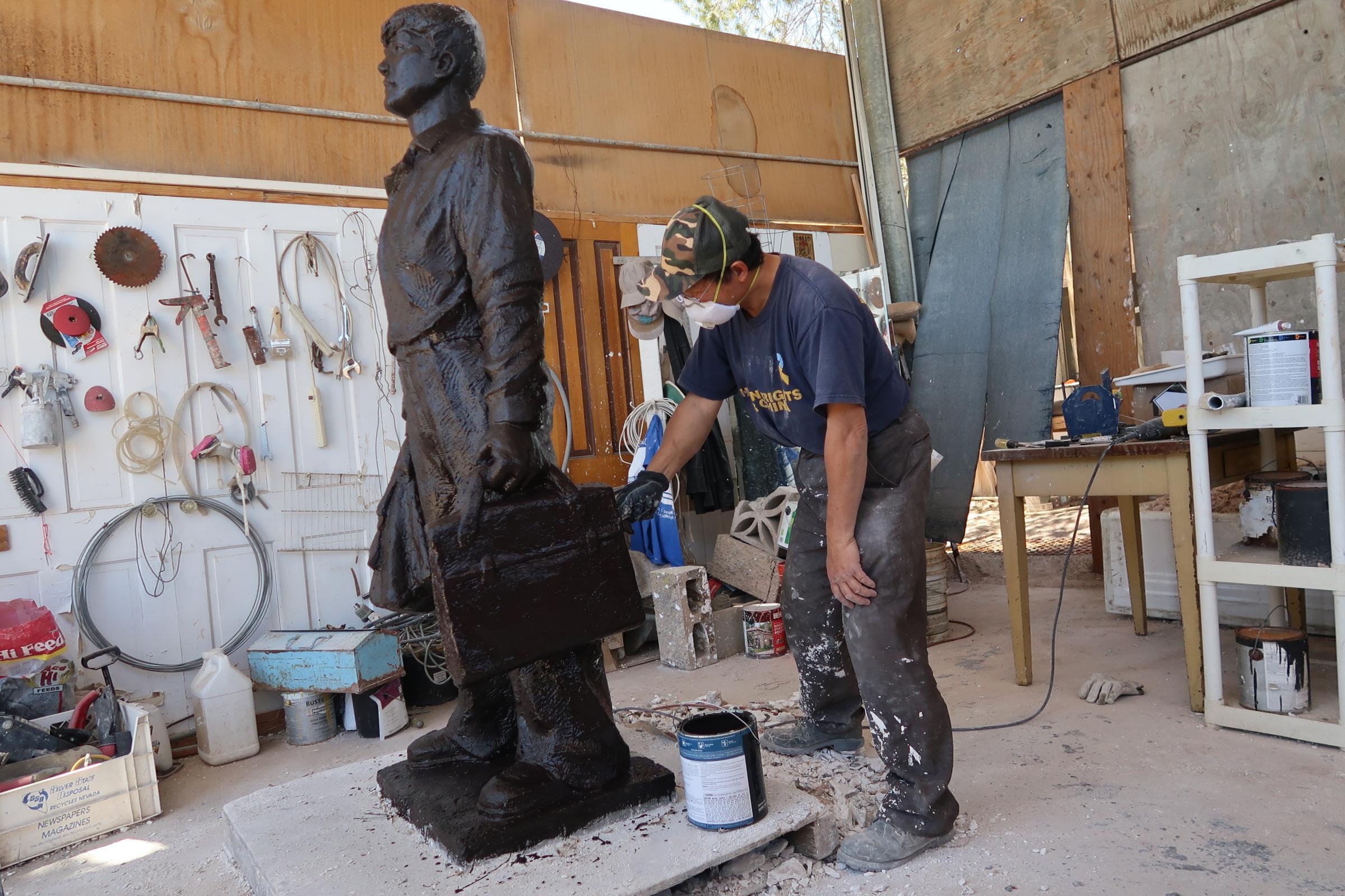 六四雕塑家陳維明創作「坦克人」雕塑進入上色階段。 (徐繡惠/大紀元)