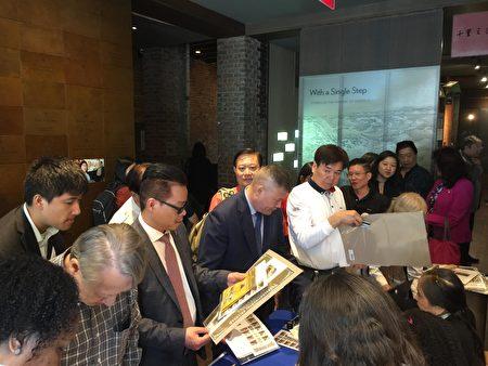 参加仪式的观众在会后排队购买纪念邮票。