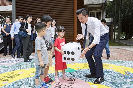 林智坚与小朋友玩城市大富翁