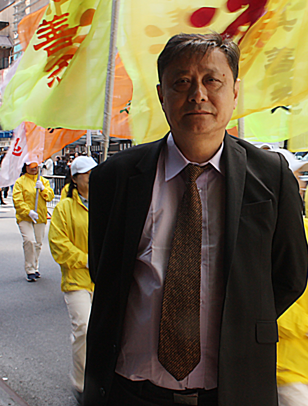 曾兩次成功攔截中共領導人訪美車隊的上海維權人士白傑明在現場支持聲援法輪功。(駱亞/大紀元)
