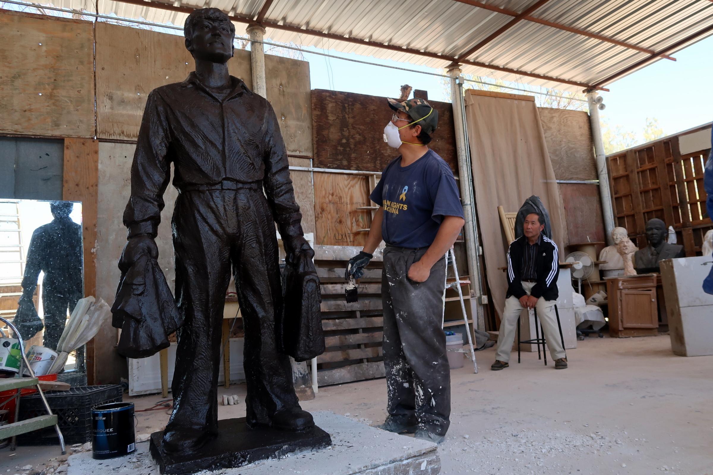 六四雕塑家陳維明創作的全球首座「王維林擋坦克」雕塑預計於「六四」紀念日在美國洛杉磯「自由雕塑公園」與觀眾見面。(徐繡惠/大紀元)