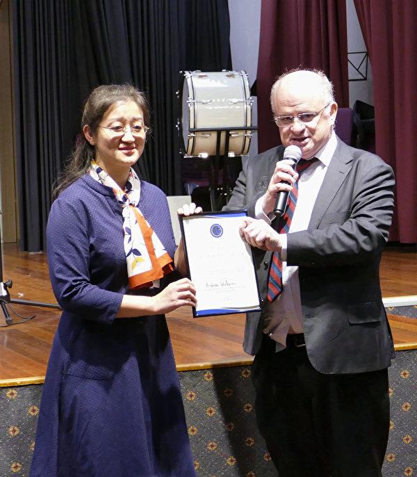 悉尼帕拉馬塔市長威爾森(右)向澳洲法輪大法佛學會會長趙博士(左)頒發了褒獎令。(安平雅/大紀元)