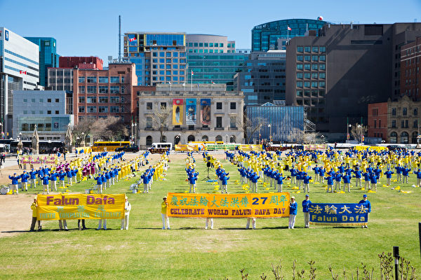5月8日,加拿大東部部份法輪功學員齊聚渥太華國會山慶賀慶祝法輪大法弘傳。圖為法輪功學員集體煉功。(艾文/大紀元)