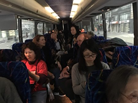 纽约众多华人家长4月30日乘坐4辆大巴前往奥伯尼抗议取消特殊高中。