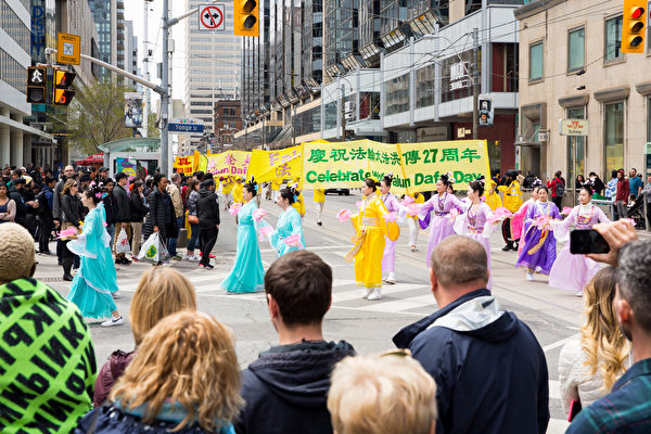 身穿中國五彩飄逸古裝的仙女隊。(艾文/大紀元)