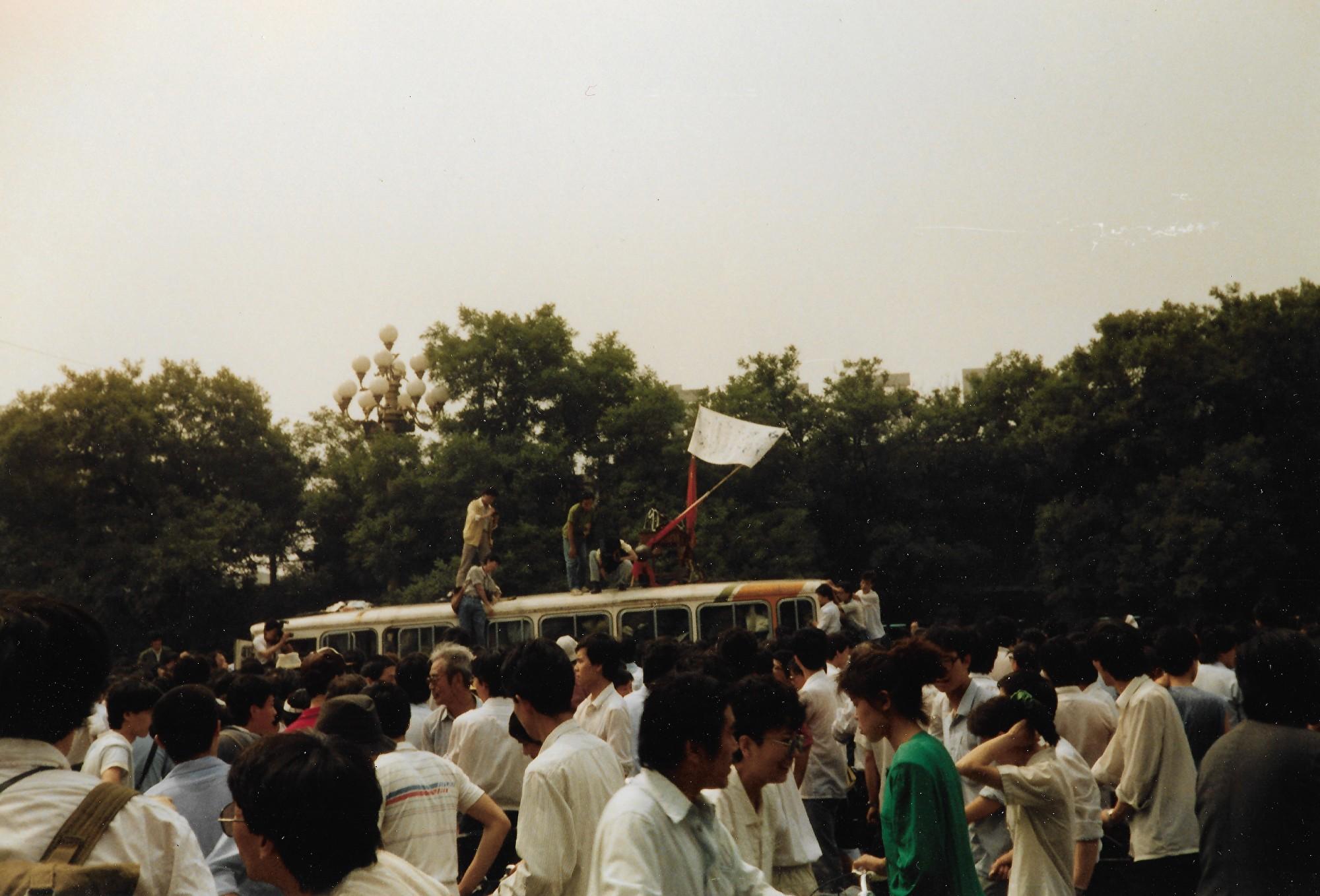 1989年6月3日上午,北京市西單路口。學生堵住運武器的軍車。(王珍提供)