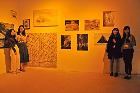 清大藝術與設計學系部分參展學生合影,圖為藝術創作的脈絡。