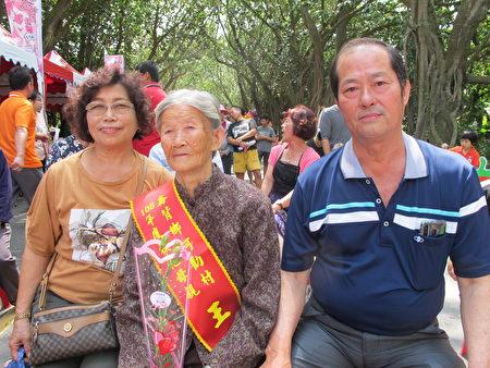 92岁的阿嬷,在儿子和媳妇的陪伴下接受模范母亲表扬。