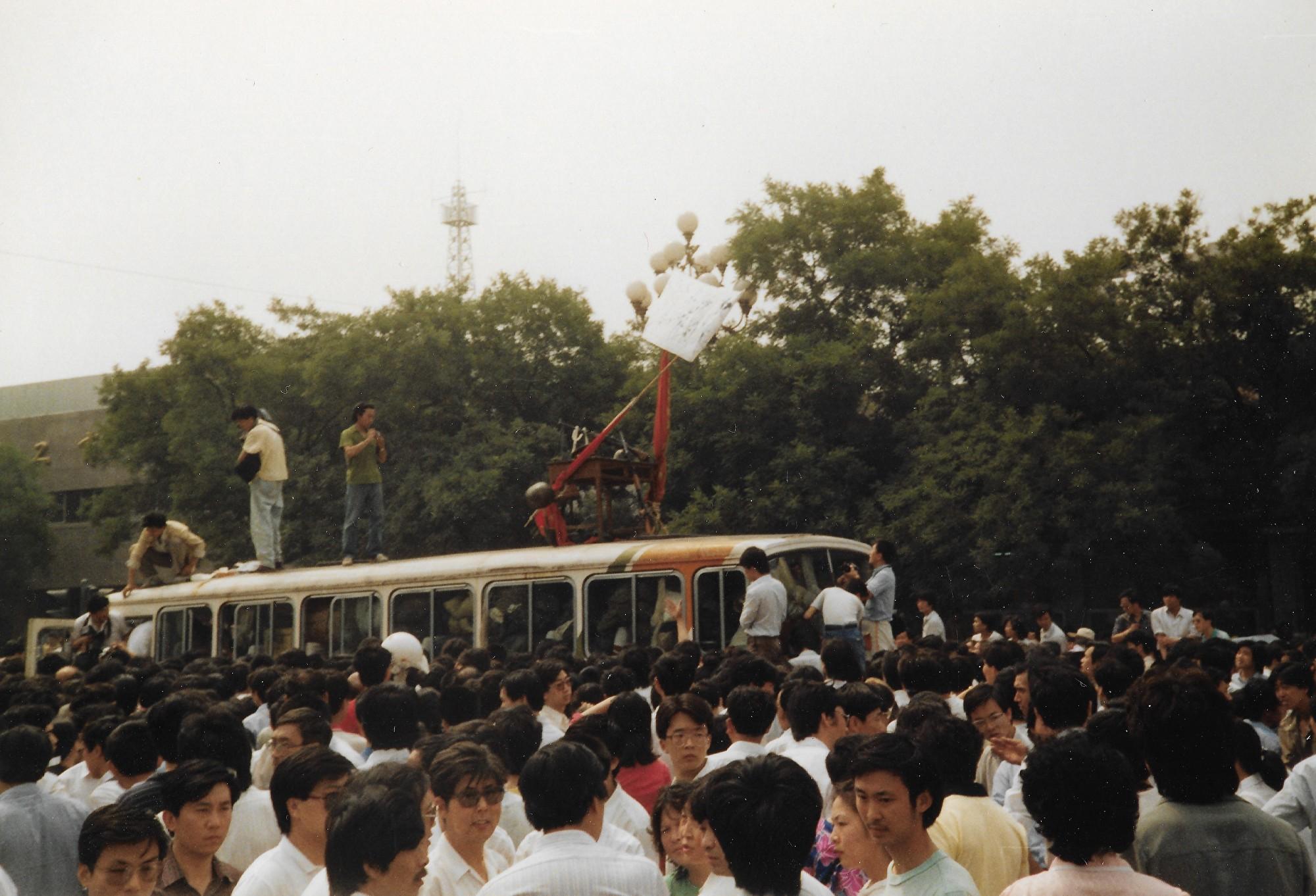 1989年6月3日上午,北京市西單路口。學生們展示軍隊攜帶的武器。(王珍提供)