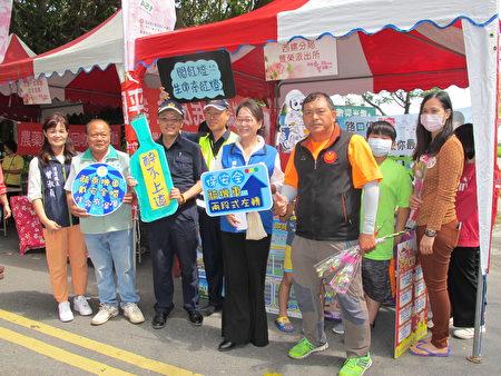丰荣派出所特别在活动现场举办交通安全宣导。副县长谢淑亚(前排右二)力挺。