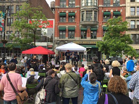 上百耆老在联合广场举行集会,要求提高老年人待遇。