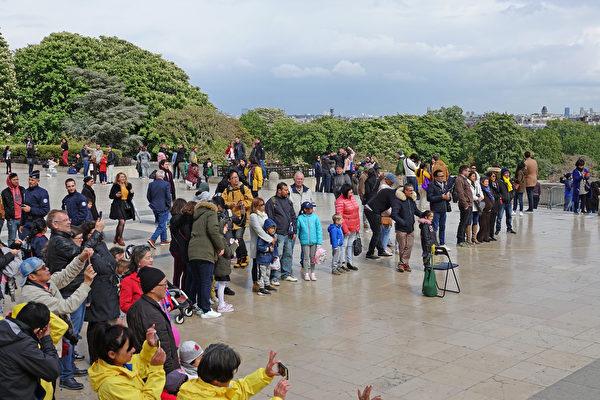 法國法輪功學員慶祝第二十屆「5·13世界法輪大法日」暨法輪功創始人李洪志師父華誕。人權廣場上,很多法國民眾和中西方遊客駐足觀看法國學員的慶祝活動演出。(葉蕭斌/大紀元)