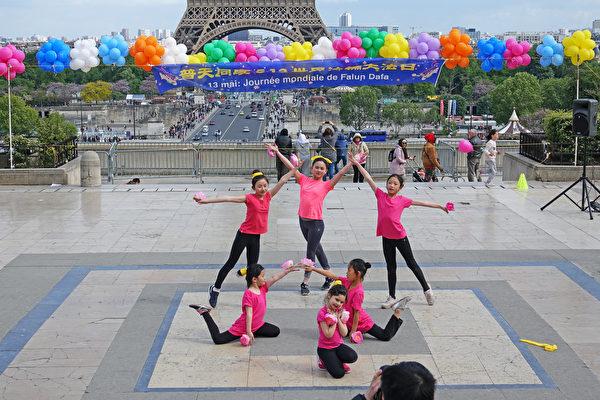 法國法輪功學員慶祝第二十屆「5·13世界法輪大法日」暨法輪功創始人李洪志師父華誕。圖為法國小弟子的舞蹈表演。(葉蕭斌/大紀元)