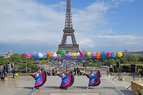 """法国法轮功学员庆祝第二十届""""5·13世界法轮大法日""""暨法轮功创始人李洪志师父华诞。图为法国学员的舞蹈表演。(叶萧斌/大纪元)"""