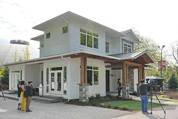 今年的PNE頭獎豪宅(PNE Prize Home)是一個豪華的農舍風格現代建築,面積約為3,159平方英尺。將在2019年的PNE博覽會之後搬遷到Kelowna風景如畫的Kirschner山附近。(童宇/大紀元)