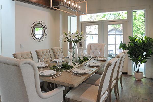 今年的PNE頭獎豪宅(PNE Prize Home)是一個豪華的農舍風格現代建築,圖為會客廳。(童宇/大紀元)