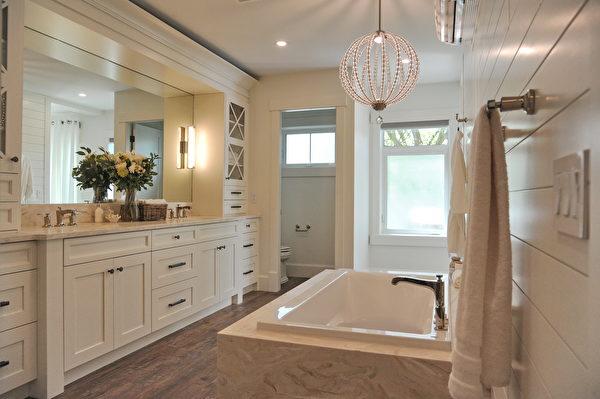 今年的PNE頭獎豪宅(PNE Prize Home)是一個豪華的農舍風格現代建築,圖為衛浴。(童宇/大紀元)
