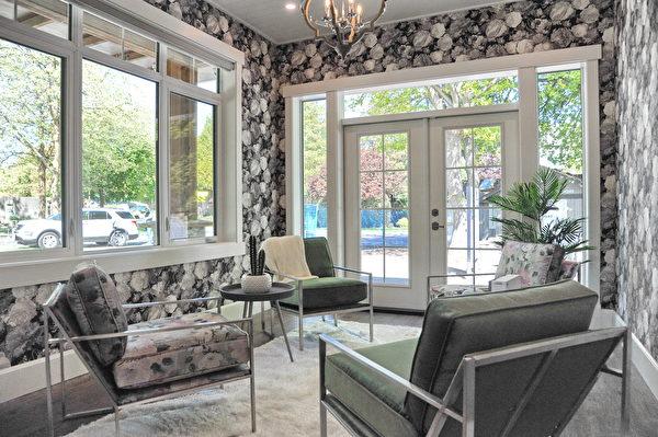 今年的PNE頭獎豪宅(PNE Prize Home)是一個豪華的農舍風格現代建築,圖為小休閒室。(童宇/大紀元)