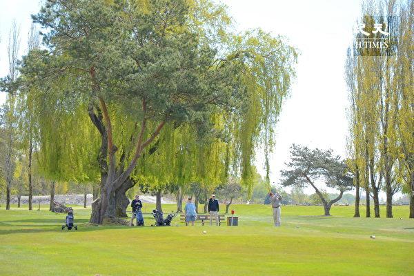 Musqueam高尔夫球场和练习场,位于温哥华西南方,背靠菲沙河,是加拿大最好的高尔夫训练设施之一。图为高尔夫训练场地。